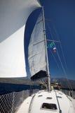 游艇白色风帆在海和天空背景的  库存照片