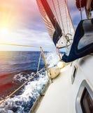 游艇白色风帆  免版税库存图片