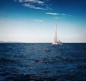 游艇白色风帆  免版税图库摄影