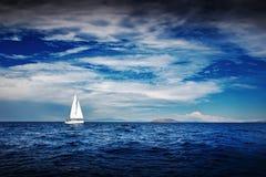 游艇白色风帆  免版税库存照片