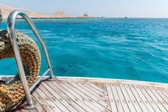 游艇的一个木甲板末端的特写镜头 免版税库存照片