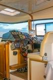 游艇的上尉激活了自动驾驶仪并且离开它的控制位子 库存图片