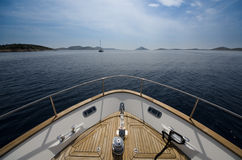 游艇的前面广角射击在夏时的 免版税库存图片