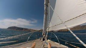 游艇的弓有人` s脚的在黑海 股票视频