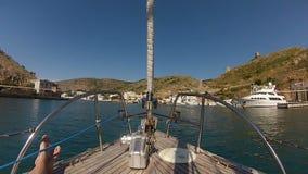 游艇的弓有人` s脚的在黑海 股票录像