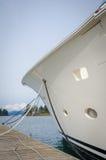 游艇弓在一个船坞停泊了在港口 图库摄影