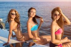 游艇的微笑的妇女 免版税库存照片
