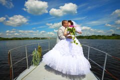 在游艇的Wedding.Honeymoon旅行。 图库摄影