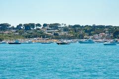 游艇的相接海湾在戛纳(法国) 免版税库存图片