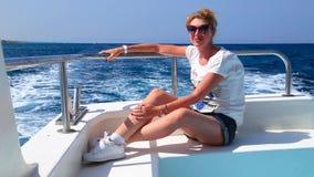 游艇的美丽的红头发人女孩 股票视频