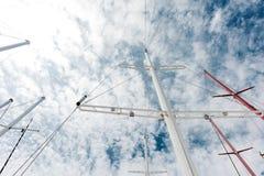 游艇的背景在口岸的 船帆柱 免版税库存照片