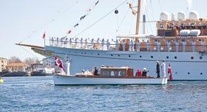 游艇等待丹麦的女王/王后 免版税库存照片