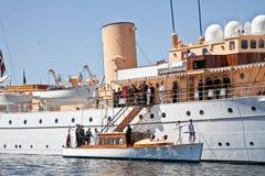 游艇等待丹麦的女王/王后 免版税图库摄影