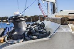 游艇绞盘和缆绳在一条航行的游艇 库存图片