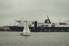 游艇航行在克莱佩达港口 免版税库存图片