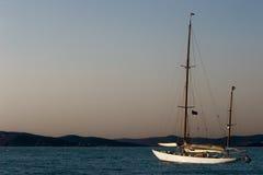 游艇航行在海运 免版税图库摄影