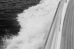 游艇航行在海洋 免版税库存图片