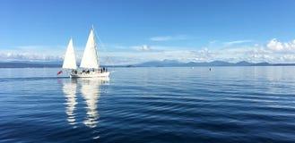 游艇航行在陶波湖新西兰的帆船 免版税库存图片