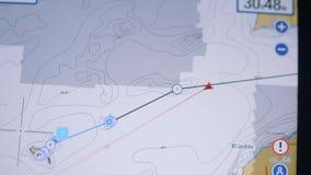 游艇航行标题在海洋和控制由自动驾驶仪 股票视频