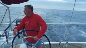 游艇航行轮子的驾游艇者在海洋和控制由自动驾驶仪 股票视频
