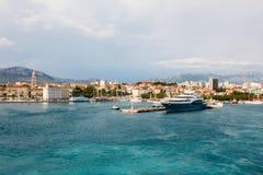 游艇船的看法在城市海湾的在分裂克罗地亚 免版税图库摄影
