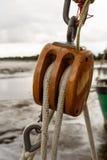 游艇船风帆滑轮和绳索 免版税库存图片