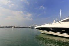 游艇船首用蓝天和绿色水 免版税库存图片