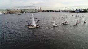 游艇节日在河neve的圣彼德堡 航行游艇在河 股票录像