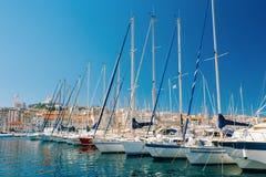 游艇被停泊在城市码头,跳船,口岸在马赛,法国 库存图片