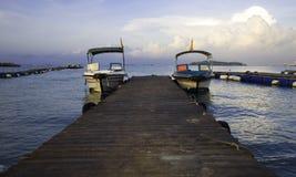 游艇靠了码头在码头有蓝天背景 免版税库存图片