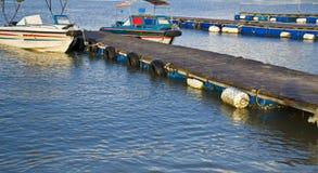 游艇靠码头在码头 免版税库存照片