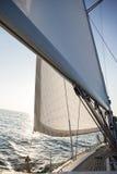 游艇风帆和帆柱在海 库存照片