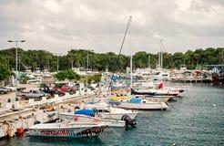 游艇,小船,在海湾,停放的汽车,科苏梅尔,墨西哥的船运输 免版税库存图片