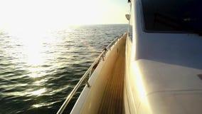 游艇,航行赛船会 场面 豪华游艇行在小游艇船坞船坞的 在意想不到的日落期间,帆船在公海乘快艇 豪华小船 股票录像
