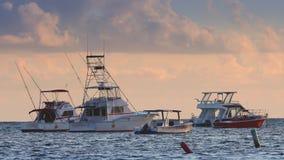 游艇-筏在日出的热带海 与乘快艇和乐趣fuxury航行的暑假 股票录像