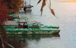 游艇-筏在日落的热带海 库存照片
