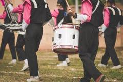 游行乐队鼓手在学校执行 免版税库存图片