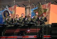游行以纪念胜利天在莫斯科 军警的战士在一装甲的卡车`台风K `的 库存图片