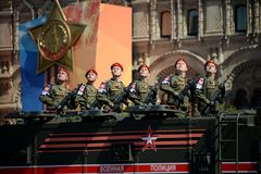 游行以纪念胜利天在莫斯科 军警的战士在一装甲的卡车`台风K `的 免版税库存照片