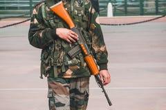 游行制服的战士守卫有一杆枪的印地安门在他的手上 免版税图库摄影
