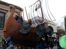 游行圣帕特里克` s天在都伯林北欧海盗 库存照片