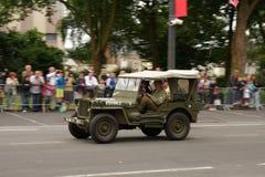 游行在国庆节的第二次世界大战的美国吉普7月14日,法国 库存照片
