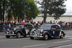 游行在国庆节的20世纪40年代的老汽车7月14日,法国 库存图片