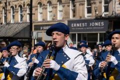 游行在街道的单簧管球员 图库摄影