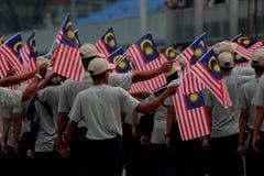 游行的人们在马来西亚独立日的契合的马来西亚人旗子 库存图片