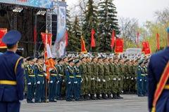 游行的俄国士兵在一每年胜利天WWII 免版税库存图片