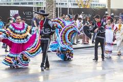 游行的参加者是在墨西哥服装的队伍 免版税库存图片
