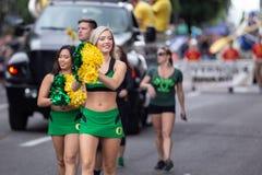 游行的逗人喜爱的白肤金发的啦啦队员 免版税图库摄影