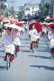 游行的,伞节日俏丽的妇女在泰国 免版税图库摄影