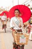 游行的,伞节日俏丽的妇女在泰国 库存图片